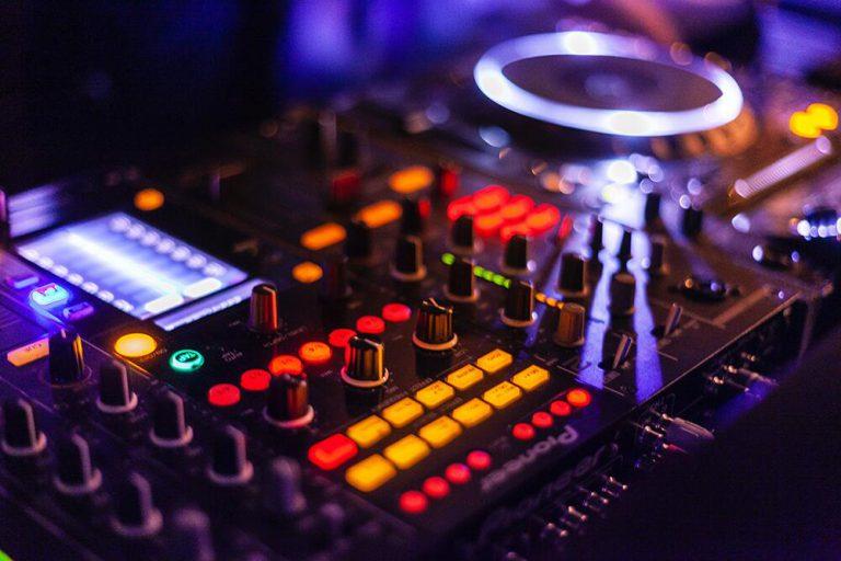 audio-audio-mixer-close-up-2111015.jpg-min